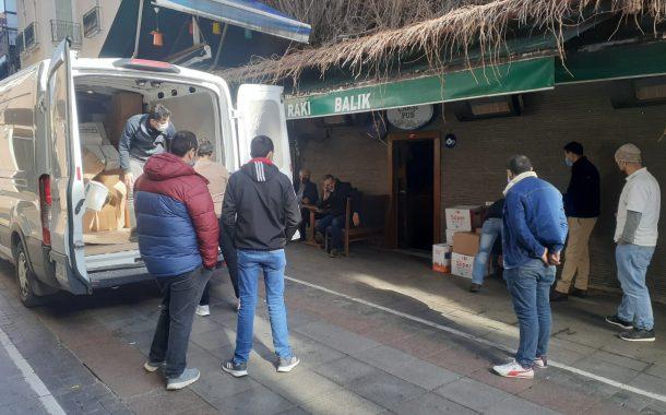 Kadıköy Belediyesi'nden gönderilen gıda yardımı kolilerini ihtiyaç sahibi kapalı iş yerlerinin personeline dağıtımını yaptık